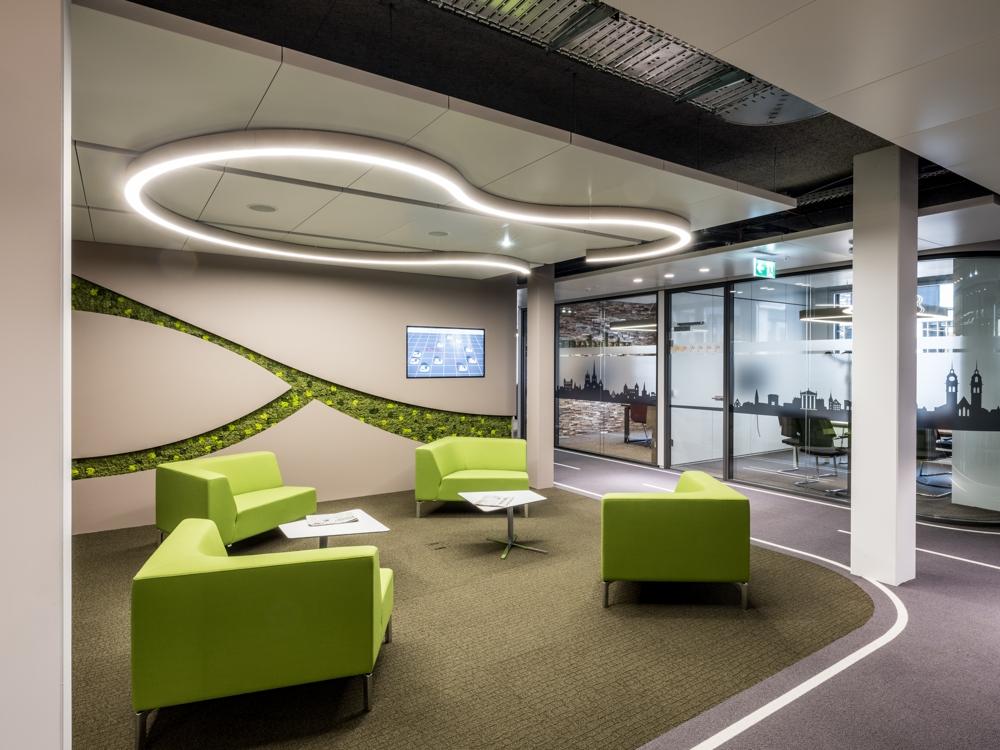 Farbliche Akzente schaffen Inseln der Entspannung im Büro. Abbildung: Rita Pauchard