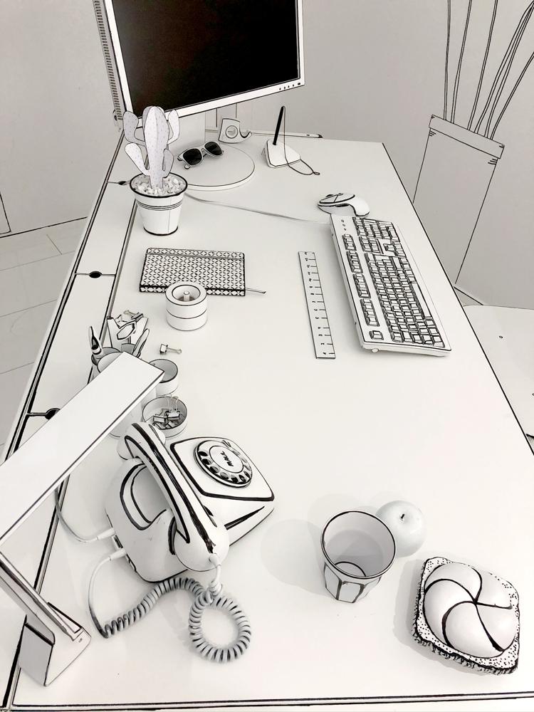 Auch der Schreibtisch wurde detailverliebt gestaltet. Pausenbrot und Apfel inklusive. Abbildung: Maul