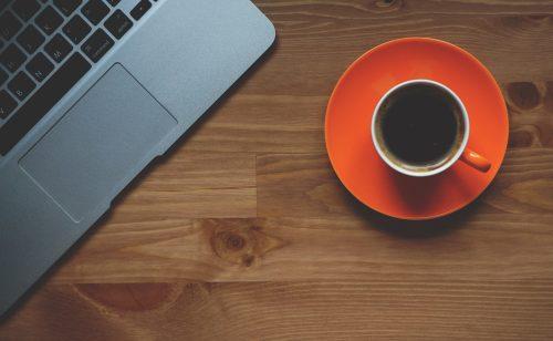 Mit einem Kaffee auf dem Schreibtisch arbeitet es sich gleich viel besser. Wir stellen fünf Vollautomaten für den nahezu perfekten Kaffee vor. Abbildung: Pixabay