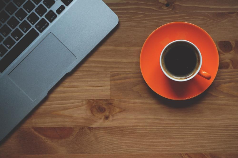 Mit einem Kaffee auf dem Schreibtisch arbeitet es sich gleich viel besser. Wir stellen fünf Vollautomaten für einen ziemlich perfekten Kaffee vor. Abbildung: Pixabay