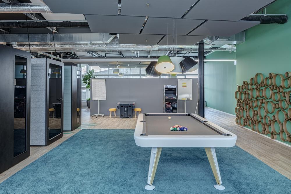 Pausenbereich mit Billardtisch und Gaming-Stations im Hintergrund. Abbildung: René Dürr, Architektur Fotografie