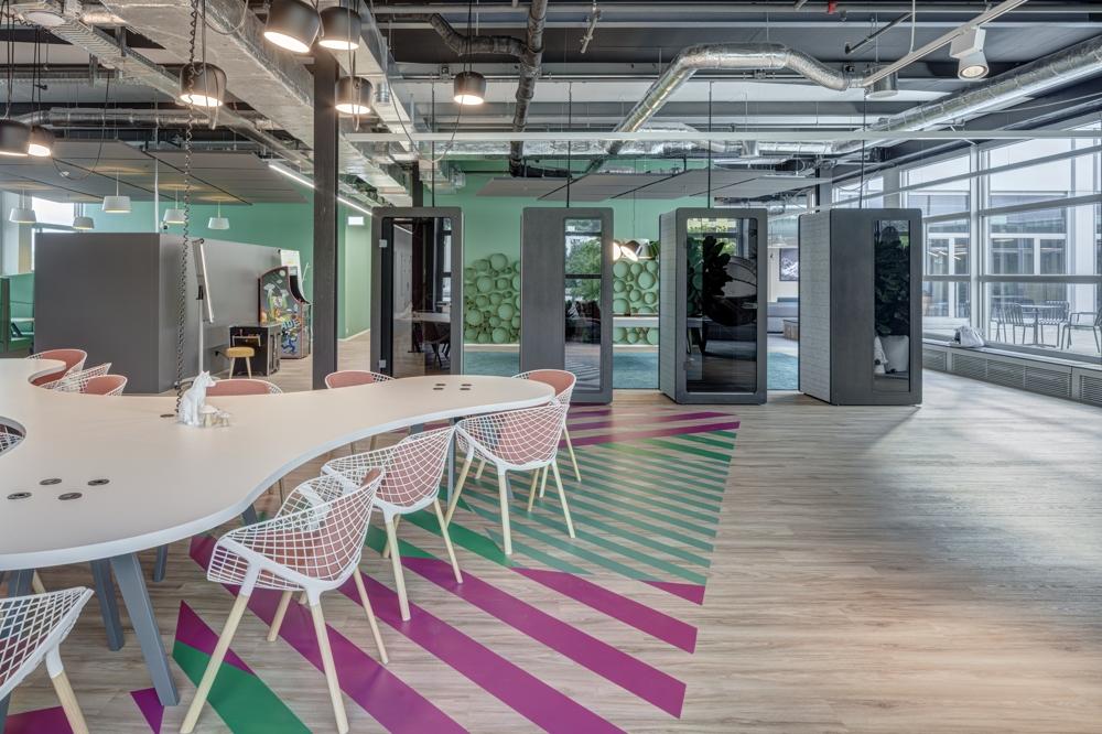 Telefon-Cubes und Tische für informelle Team-Besprechungen. Abbildung: René Dürr, Architektur Fotografie