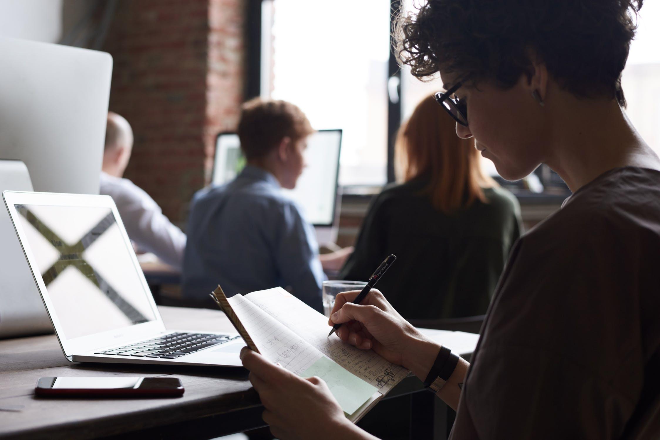 Handschrift-Coaching kann zur Selbstwertsteigerung und Persönlichkeitsoptimierung beitragen. Abbildung: Pexels