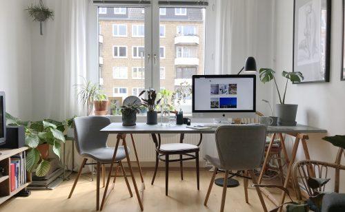 Ein kleiner Abstand zum Fenster kann eine direkte Blendung am Schreibtisch verhindern. Abbildung: Planungsbüro Peter Andres (PAL)