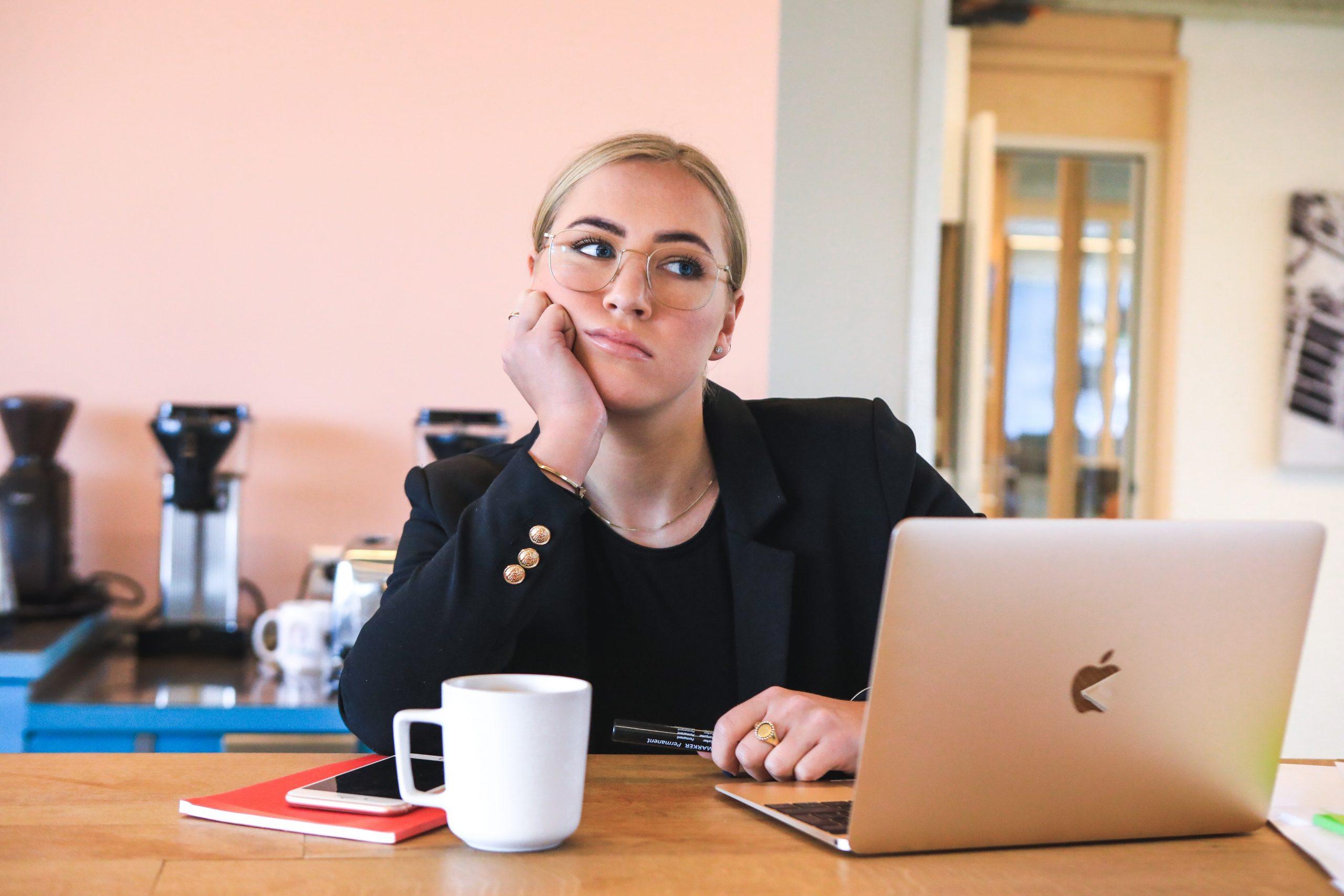 Verhalten Sie sich wie in einem realen Meeting. Vermeiden Sie unflätige Gesten und Mimik. Abbildung: Magnet.me/unsplash