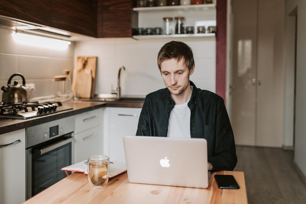 Mangelnde Ausstattung und fehlende Räumlichkeiten können zu weniger Produktivität bei der Arbeit im Home-Office führen. Abbildung: Pexels, Vlada Karpovich