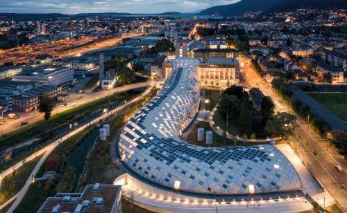 Wurm oder Fragezeichen: Die Gebäudeform weckt die Fantasie, wie bei einem Kunstwerk. Abbildung: Swatch