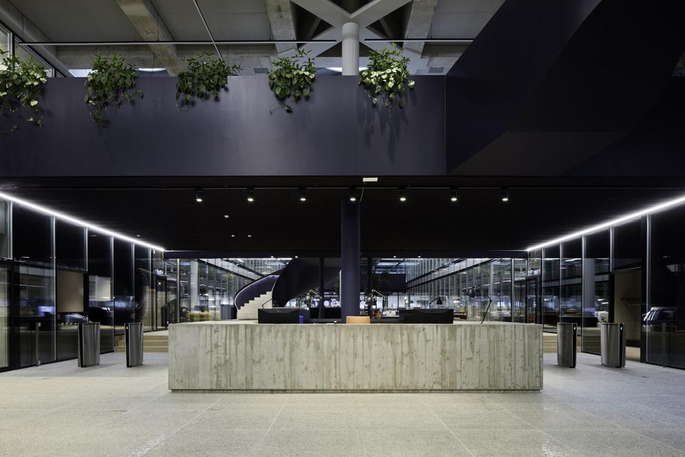 Der futuristische Eingangsbereich mit Sichtbeton. Abbildung: EF Education
