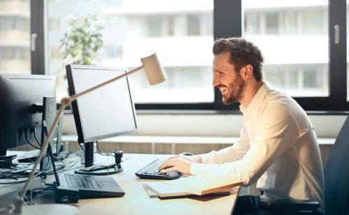 Ein aufgeräumter Schreibtisch kann für effizientere Arbeit sorgen. Abbildung: Pixabay/Andrea Piacquadio