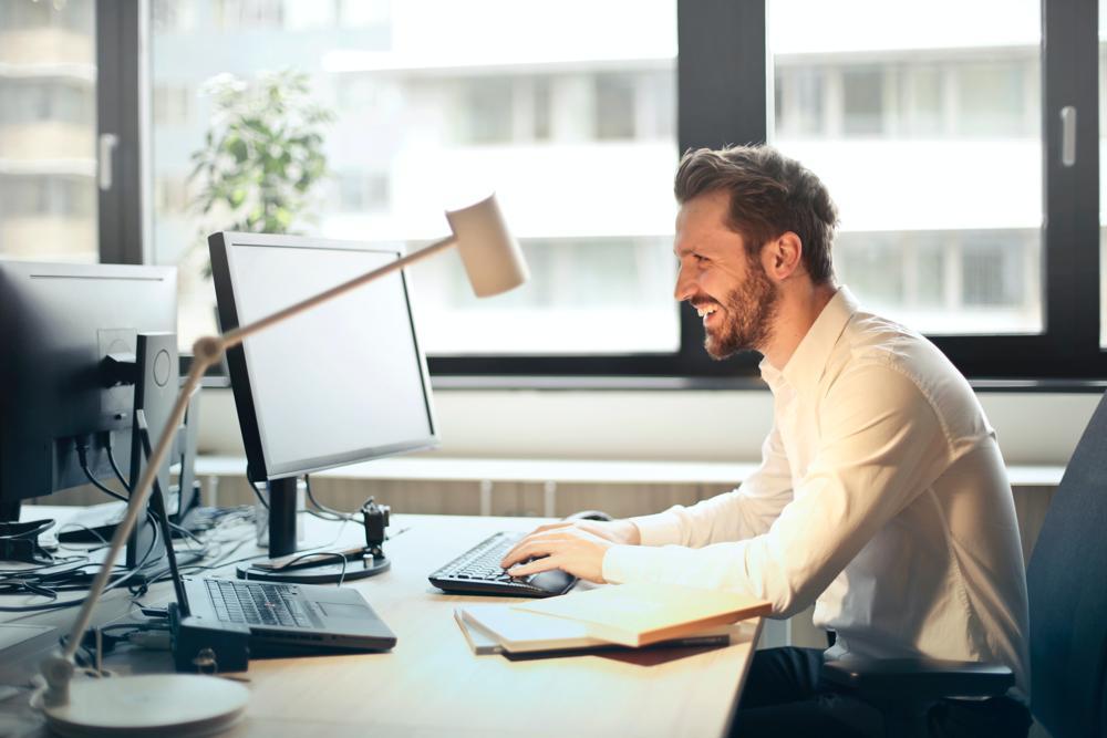 Ein aufgeräumter Schreibtisch kann für effizientere Arbeit sorgen. Abbildung: Andrea Piacquadio/Pixabay