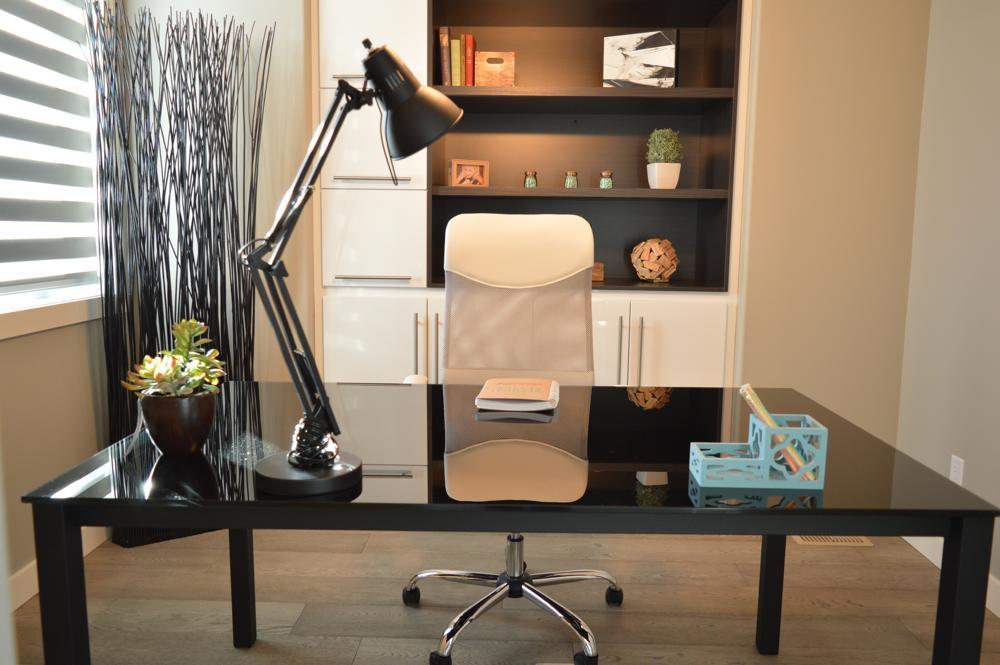Auch im Homeoffice sollte der Schreibtisch aufgeräumt sein. Abbildung: Pexels/Pixabay