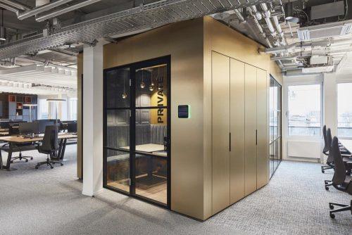 Zentraler Meetingraum und offene Arbeitsflächen. Abbildung: Sebastian Dörken/Max Schroeder
