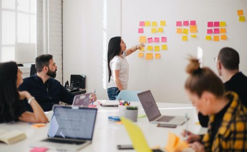 Die besten Ideen entstehen oft gemeinsam mit dem Team, gerade beim designen von Produkten. Abbildung: Leon, Unsplash