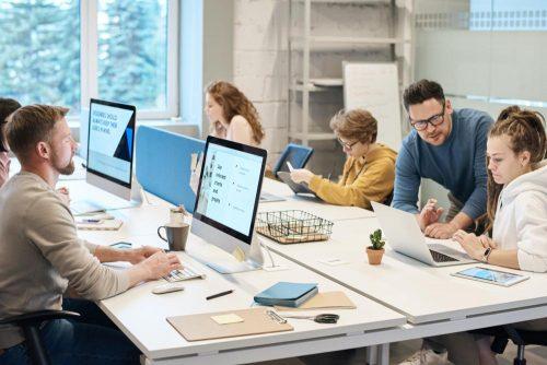 Die Vorteile des Firmenbüros sind bei der Zusammenarbeit und dem informellen Austausch unbestreitbar. Abbildung: Fauxels, Pexels