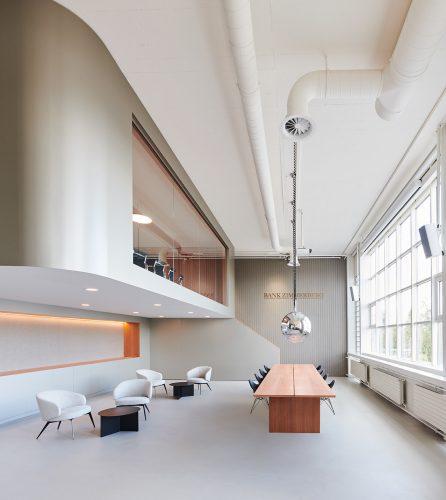 Kundenzone und Arbeitsplatz verschmelzen im Empfangsbereich der Bank. Abbildung: Karine & Oliver/Mint Architecture