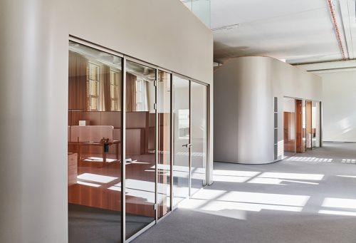 Die Kuben sind sowohl als Einzelbüros und als Sitzungszimmer nutzbar. Abbildung: Karine & Oliver/Mint Architecture
