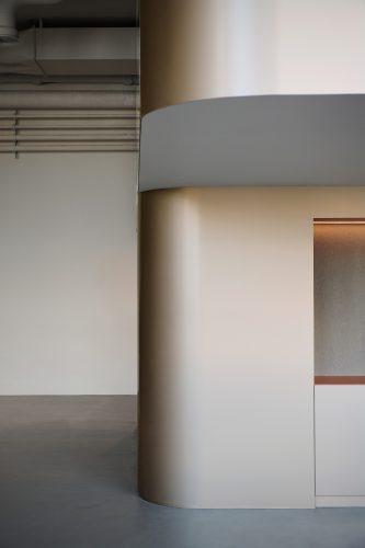 Weiche Formen sorgen für eine harmonische Übergänge zur industriellen Form. Abbildung: Karine & Oliver/Mint Architecture