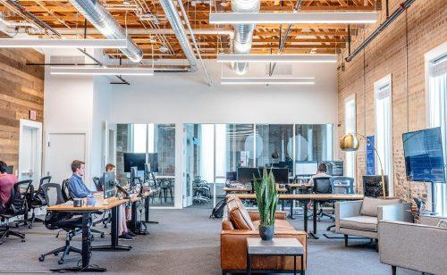 Das Start-up open2work bietet Arbeitsplätze und Meetingräume in der Schweiz zur Miete an. Abbildung: Austin Distel, Unsplash