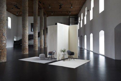 Freistehende Schallabsorber können Räume akustisch optimieren bei gleichzeitiger Zonierung der Fläche. Abbildung: Nina Mair