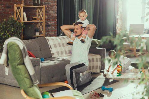 Profis verbinden im Homeoffice Sport, Kinderbetreuung und Pause. Abbildung: master1305, freepik.com